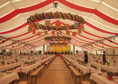 29 m freitragende Zelthalle mit liegenden Dekorationsbahnen, weiß-rot