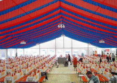 21 m Zeltbreite mit hängenden Dekorationsbahnen, rot/blau