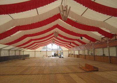25 m Zelt mit hängenden Dekorationsbahnen, rot-weiß