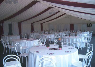 10 m breites Zelt mit Nesselhimmel im Dachbereich und Dekorationsbahnen (bordeaux) sowie Seitenverkleidung mit Nessel