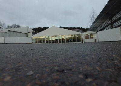 Zelt mit Glaswand und Eingangszelt