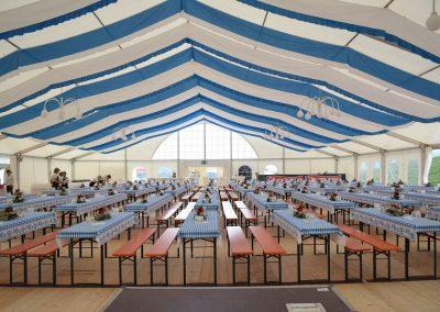 freitragende Alu-Zelthalle, 25 m breit, Beplanung in weiß, teilweise mit Fenstervorhängen
