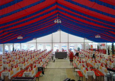 21 m breites Zelt mit hängenden Dekorationsbahnen rot-blau