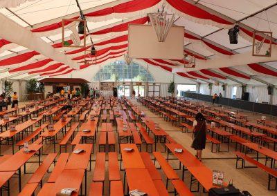 25 m breites freitragendes Zelt mit hängenden Dekorationsbahnen rot-weiß