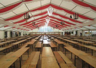 29 m breite freitragende Alu-Zelthalle mit Panoramagiebel und hängenden Dekoratonsbahnen rot-weiß
