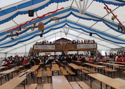 29 m breite freitragende Zelthalle mit Dekorationsbahnen blau-weiß