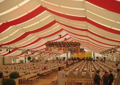 29 m freitragende Zeltbreite mit liegenden Dekorationsbahnen in den Farben weiß und rot