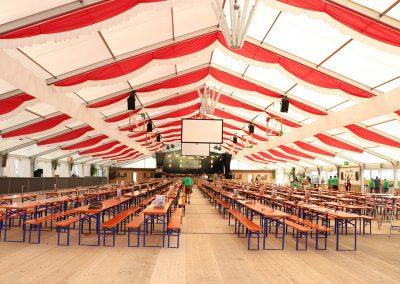 freitragende Zelthalle, 29 m breit, 70 m lang, mit hängenden Dekorationsbahnen rot-weiß