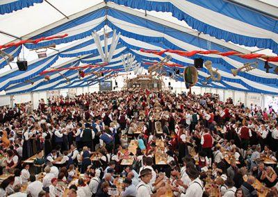 freitragende Zelthalle, 29 m breit, mit hängenden Dekorationsbahnen blau-weiß