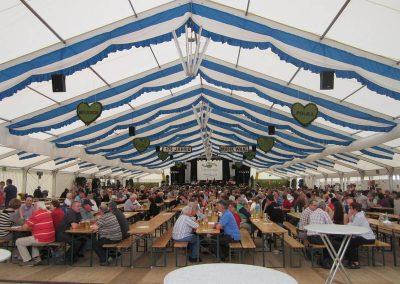 29 m freitragende Zelthalle mit hängenden Dekorationsbahnen blau-weiß