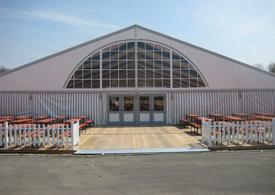 25 m Zelthalle mit großem Panoramafenster im Giebel