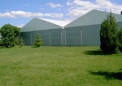 zwei Lagerzelte mit Trapezblech, aneinandergebaut und mittels Regenrinne verbunden