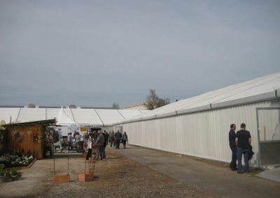 Zelt für Gewerbeschau mit festen Wänden aus Trapezblech
