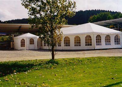 Partyzelt mit einer Apside und seitlich angebautem Eingangszelt, 4 m x 3 m