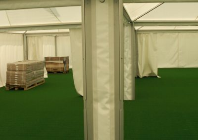 einzelne Zelte werden mittels Regenrinne miteinander verbunden
