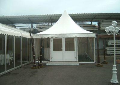 Eingangspagode mit Türe und Rampe