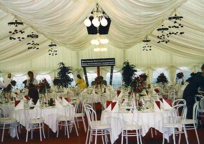 VIP-Zelt mit Nesselhimmel und Giebelverkleidung mit Nesselstoff sowie Pfostenverkleidungen