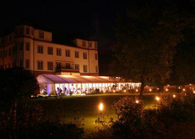 Vipzelt bei Nacht mit Echtglasfassade