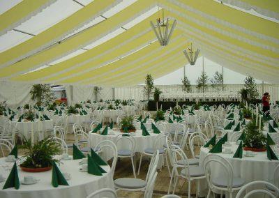 Hochzeitszelt mit runden Tischen und Stahlrohrstühlen