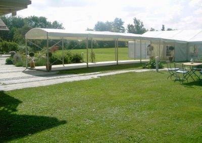 Walkway als Verbindungsweg vom Haus zum Zelt
