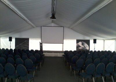Reihenbestuhlung mit blauen Polsterstühle bei Vorträge/Prästentation