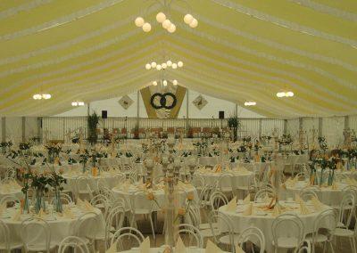 Hochzeitsbestuhlung mit runden Tischen und Stahlrohrstühle