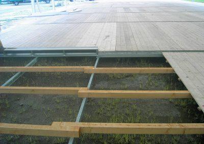 Holzfußboden mit höhenverstellbarem Stahlunterbau, speziell für Messezelte