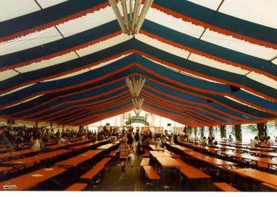 21 m breites Zelt mit Dekorationsbahnen blau/rot