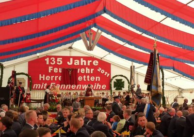 21 m breites Zelt mit Dekorationsbahnen rot/blau