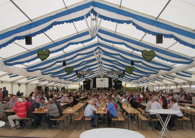 29 m freitragendes Alu-Zelt mit Dekorationsbahnen blau/weiß